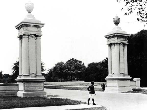 Historical black and whit photo of the front gates at the entrance of Audubon Park.