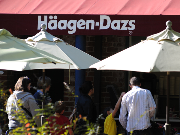 View of the Häagen Dazs ice cream location at the Audubon Zoo.